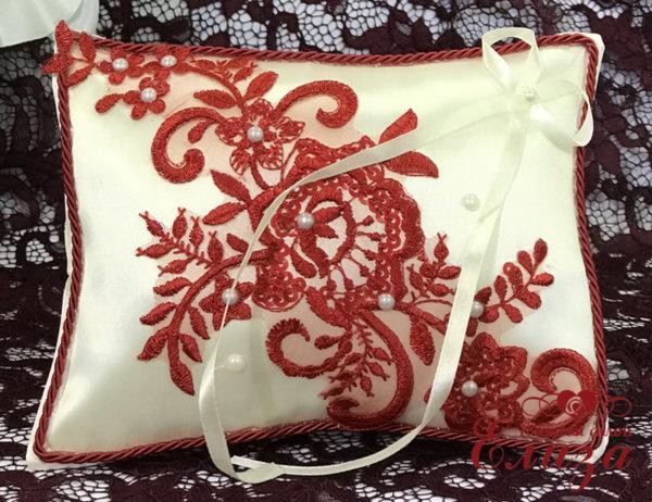 Сватбена възглавничка за халки в екрю и червено E6